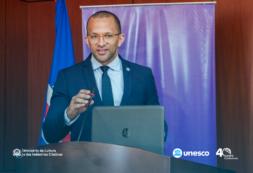 """""""Acreditamos que a cultura e a educação são os mais importantes instrumentos de promoção da paz e sustentabilidade"""" – MCIC, Abraão Vicente, 40ª Conferência Geral da UNESCO"""