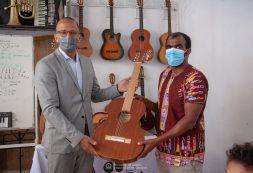 MCIC oferece guitarras produzidas por mestres cabo-verdianos aos alunos da Escola de Música Acorde D'Alma, em Assomada