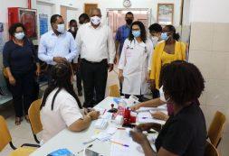 Ministros da Educação e da Saúde acompanham vacinação de Professores na Praia
