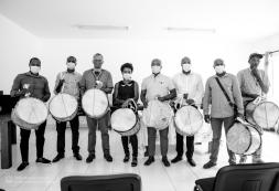 """""""A entrega dos tambores aos grupos de tabanca em Ribeira da Barca é mais um ato simbólico de valorização desta manifestação cultural que também é Património Cultural Imaterial Nacional"""" – MCIC, Abraão Vicente"""